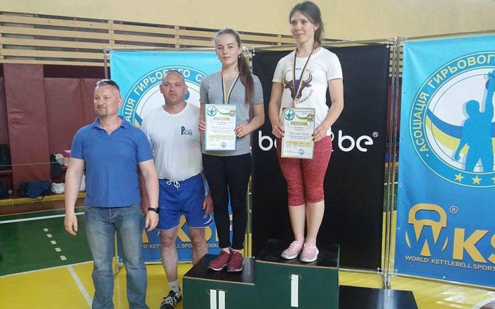12-річна дівчина з Тернопільщини зробила 55 підйомів гирі вагою 16 кілограмів