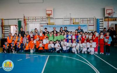 Учні третіх класів змагаються за перемогу у спортивному фестивалі
