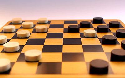 Шанувальників шахів та шашок запрошують до участі у змаганнях з нагоди Дня людей похилого віку