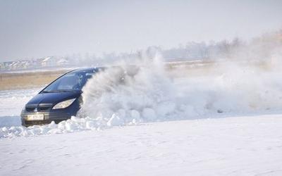 У Тернополі автогонщики змагалися на засніженій трасі (+ ФОТО, ВІДЕО)