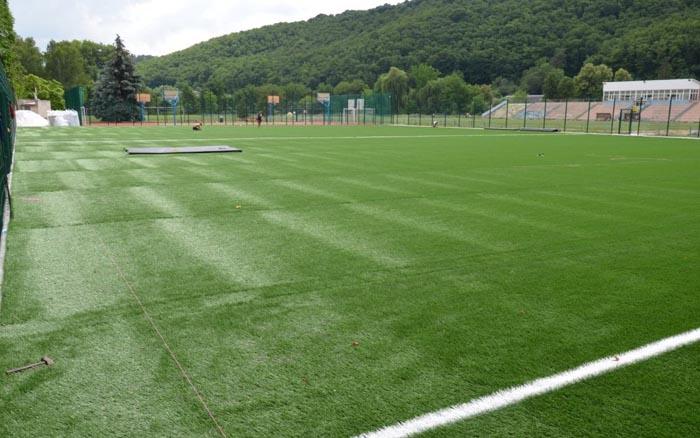 На стадіоні у Чорткові завершують будівництво поля зі штучним покриттям