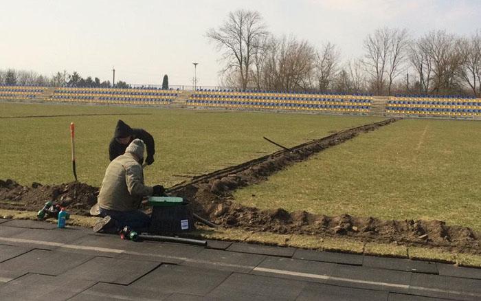На підволочиському стадіоні встановлюють штучний полив