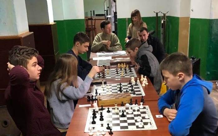 У Теребовлі школярі грали у настільний теніс та шахи