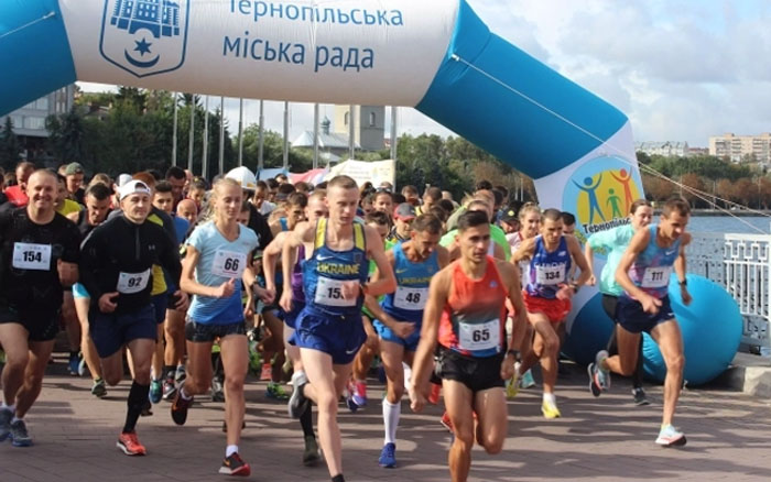 У Тернополі сотні спортсменів взяли участь у традиційному забігу навколо Ставу
