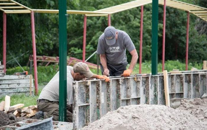 У Великогаївській громаді триває будівництво футбольного майданчика зі штучним покриттям