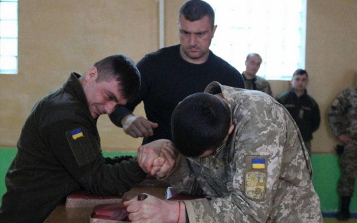 """Дванадцять """"володарів"""" найсильніших рук було обрано серед військовослужбовців Тернополя"""