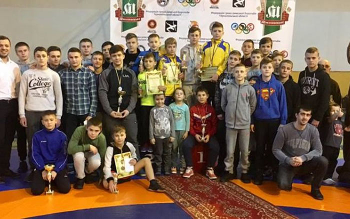 Десяткaми нaгород зaвершився для місцевих борців міжнaродний юнaцький турнір у Тернополі