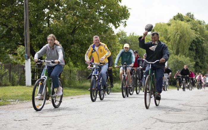 Жителі Шумщини та Кременеччини подолали 40 кілометрів на велосипедах, попри спеку та дощ